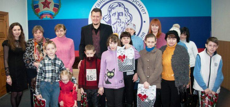 Новогодние подарки для детей Луганска